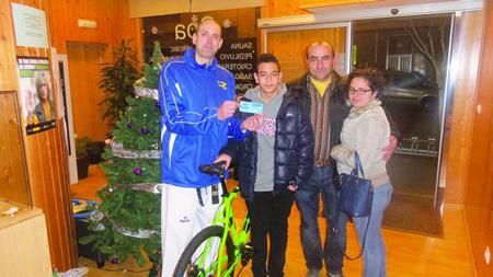 José Mª Vega, director do club Neka, fai entrega da bicicleta ao gañador do sorteo de Nadal, Roberto Álvarez Ferrera, o pasado 22 de decembro.  (Foto cedida).