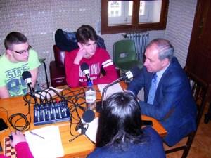 O alcalde, José Tomé, durante a gravación do programa radiofónico que elabora o alumnado do colexio Fundación Torre de Lemos. GPCM.