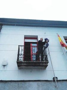 O alcalde de A Pobra do Brollón no momento de retirar a bandeira europea da Casa do Concello. (Foto cedida).