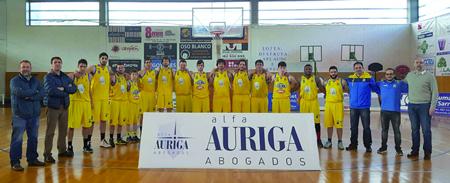 Foto de familia do Alfa Auriga CB Sarria, co equipo directivo e o seu patrocinador desta tempada. (Foto cedida).