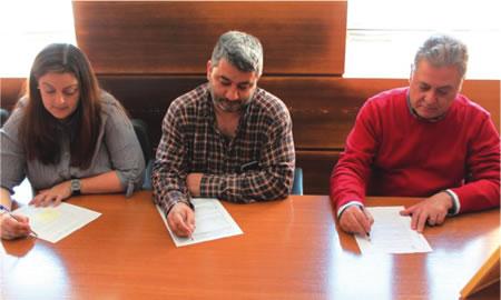 A alcaldesa de Folgoso do Courel, Dolores Castro; o tenente de alcalde de Ribas de Sil, Roberto Castro; e o alcalde de Quiroga, Julio Álvarez, na sinatura de constitución da Asociación Montañas do Courel, o pasado 4 de maio. (Foto cedida).