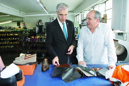 O conselleiro de Economía, Emprego e Industria, Francisco Conde, durante a súa visita á empresa monfortina Industrias Losal, acompañado do xerente, Gonzalo López Otero, o 11 de xullo. CEEI