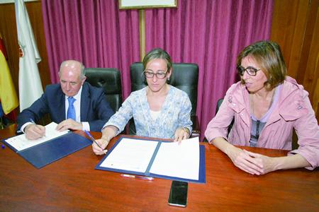 A conselleira de Infraestruturas e Vivenda, Ethel Vázquez, e o alcalde de Pantón, José Luis Álvarez Blanco, asinaron o convenio de colaboración  o pasado 30 de xullo, coa presenza da delegada da Xunta en Lugo, Raquel Arias. GPXG.
