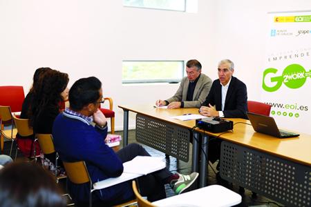 O conselleiro de Economía, Emprego e Industria, Francisco Conde, no encontro cos participantes no obradoiro celebrado no Espazo Coworking de Monforte. GPXG.