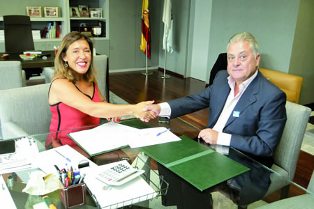 A conselleira de Medio Ambiente e Ordenación do Territorio, Beatriz Mato, e o alcalde de Quiroga, Julio Álvarez, asinaron o convenio para a remodelación de espazos urbanos o pasado 19 de agosto en Santiago. GPXG.