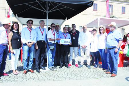 A Asociación Provincial de Empresarios de Hostelería de Lugo (APEHL) instalou o seu posto itinerante de promoción da gastronomía lucense en La Vuelta, no que se deron cita autoridades locais e provinciais. (APEHL).