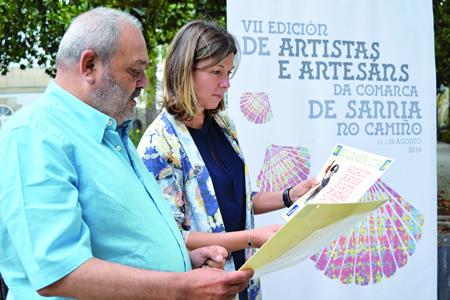 A deputada de Cultura, Artesanía e Deseño, Pilar García Porto, e o presidente da Asociación de Amigos do Camiño de Santiago da Comarca de Sarria, Jorge López, na presentación da mostra. GPDL.
