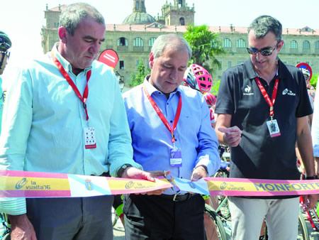 O alcalde de Monforte, José Tomé, cortou a cinta de saída da sexta etapa de La Vuelta 2016, xunto ao presidente da Deputación de Lugo, Darío Campos. GPCM.