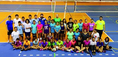 Foto de familia dos deportistas do Korbis de Monforte, logo da súa primeira sesión de adestramento da nova tempada de voleibol. (Foto cedida).