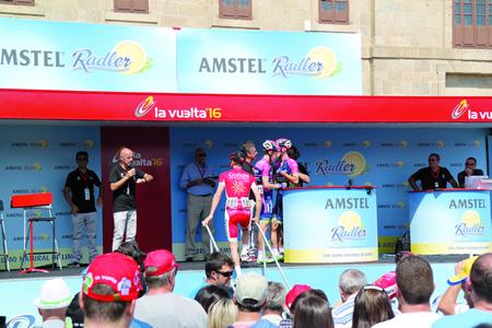 A sinatura de rexistro dos corredores participantes na sexta etapa de La Vuelta tivo lugar aos pés do monumental edificio da Compañía. EC