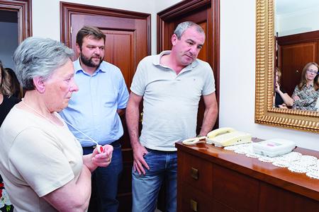 O presidente e o vicepresidente da Deputación visitaron en Lugo a unha usuaria do servizo de Teleasistencia para coñecer como funciona esta prestación, o pasado 5 de setembro. GPDL