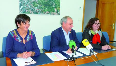 O alcalde de Monforte, José Tomé, anunciou o novo uso dos baixos do Hotel Comercio, xunto ás concelleiras Gloria Prada e Marina Doutón.  GPCM