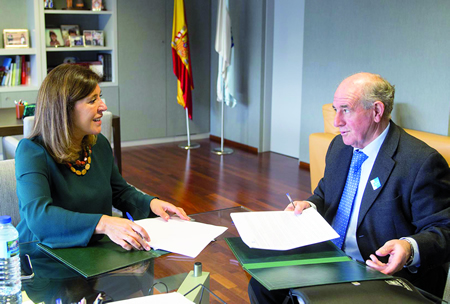 A conselleira de Medio Ambiente en funcións, Beatriz Mato, e o presidente do Consorcio Local dos Peares, José Luis Álvarez Blanco, na sinatura do convenio o día 7. GPXG