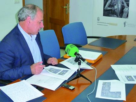 O alcalde de Monforte, José Tomé, na presentación dos traballos de asfaltado do aparcadoiro do Parque dos Condes. GPCM