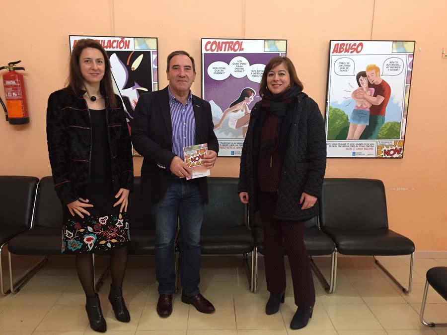 O alcalde de Bóveda, José Manuel Arias, acompañou á secretaria xeral de Igualdade, Susana López Abella, durante a súa visita á exposición contra a violencia de xénero, o pasado 8 de febreiro. GPDTL