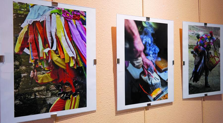 Fotografías de Mercedes López Rubín e Marga Piñeiro Díaz sobre o Entroido Ribeirao na exposición de Bóveda. EC