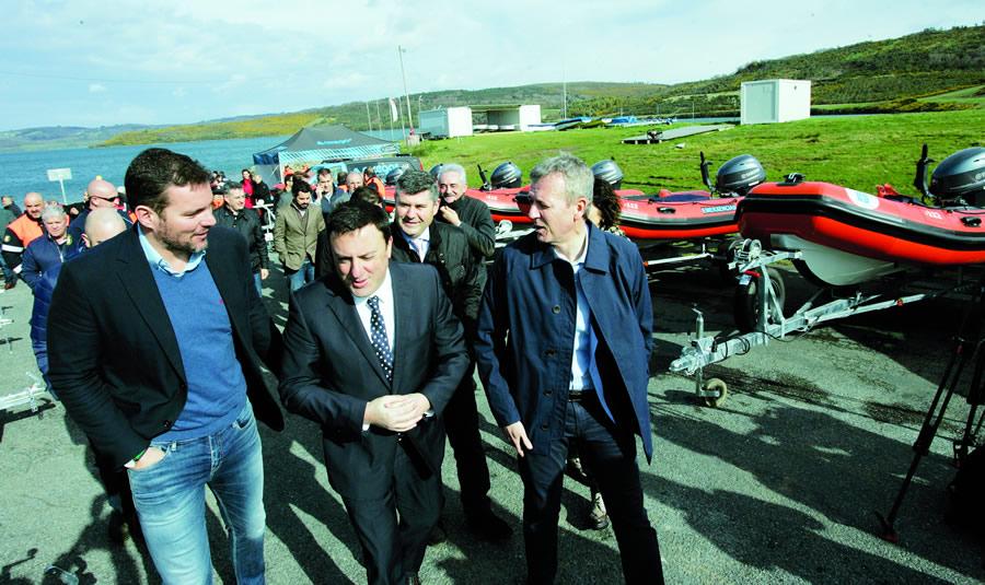 O vicepresidente da Xunta, Alfonso Rueda, na entrega das 14 embarcacións aos responsables municipais, nun acto celebrado en As Pontes o 27 de marzo. GPXG