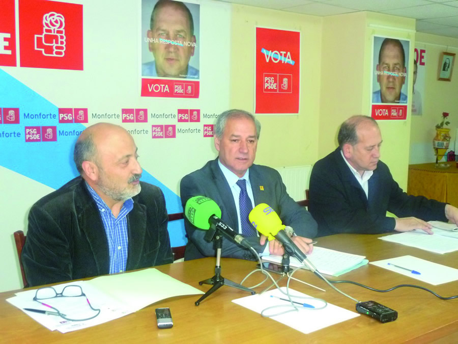 O deputado lucense José Quiroga; o alcalde de Monforte, José Tomé; e o portavoz do Grupo Socialista, Xoaquín Fernández Leiceaga, na sede do PSOE en Monforte o 15 de marzo. GPPS.