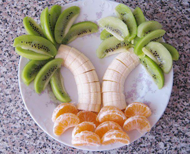 Quer fazer seu filho comer frutas? Que tal uma salada de frutas com laranja, kiwi e banana?