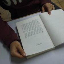 Jessika Restrepo. Leyendo en voz alta. No hace parte del grupo objetivo del libro. Fotografía tomada por Carolina Foronda.