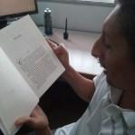 Sergio Acevedo. Leyendo en voz alta. No hace parte del grupo objetivo del libro. Fotografía tomada por Carolina Foronda.