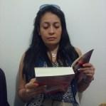 Viviana Zapata. Leyendo mentalmente. No hace parte del grupo objetivo del libro. Fotografía tomada por Carolina Foronda.