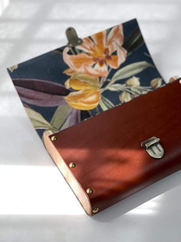 bolso de mano artesanal en cuero con interior decorado