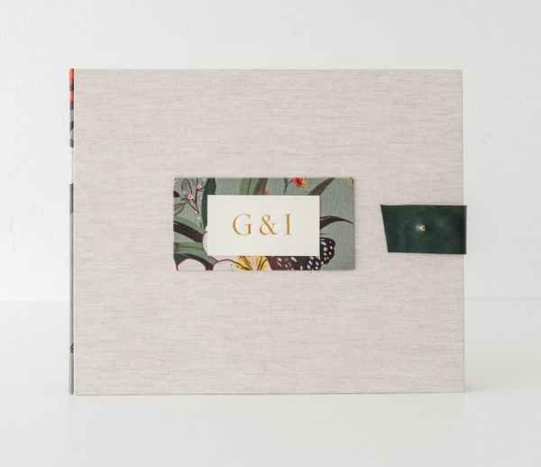 álbum de fotos con lomo en distintos acabados e iniciales grabadas