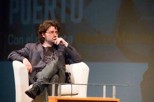 Alberto Morais escucha las palabras de Enrique Ramírez Guedes.