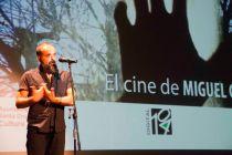 El cineasta Miguel G. Morales presenta la proyección.