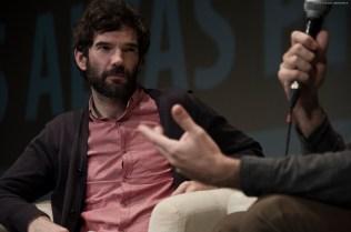 Un momento del coloquio con Ángel Santos, moderado por Dailo Barco Machado.