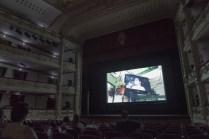 Un momento de la proyección. En pantalla, el cortometraje 'Ave feliz'.