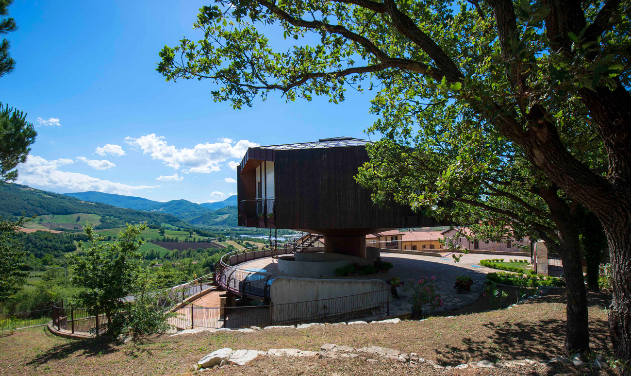 Fully Rotating Round House in Italy