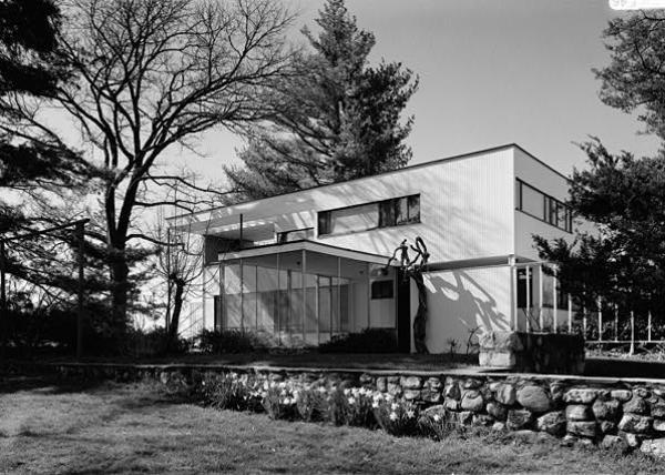 Walter_Gropius_photo_Gropius_house_Lincoln_MA