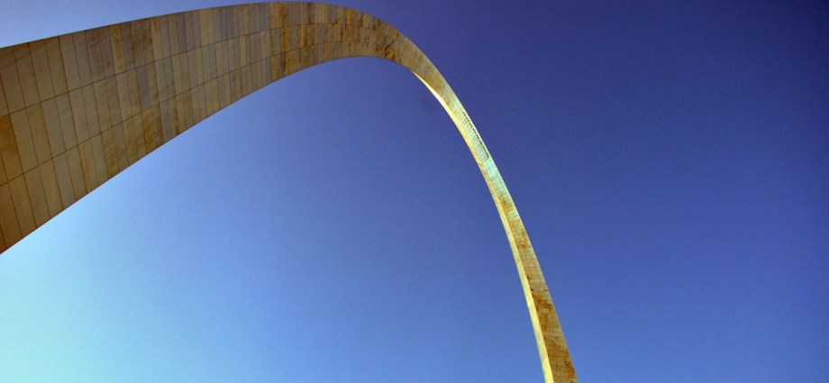 Gateway arch by Eero Saarinen