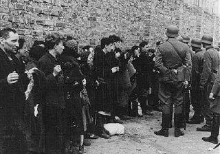 Германские солдаты допрашивают евреев, схваченных во время восстания в Варшавском гетто.