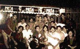 anak-anak kios sma 3 bdg 93/94, di depan kios, di suatu malam