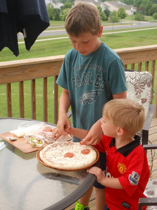 Get your kids in on the dinner action and let them make these funny faced grilled pizzas! #DesignAPizza #DiGiorno #shop