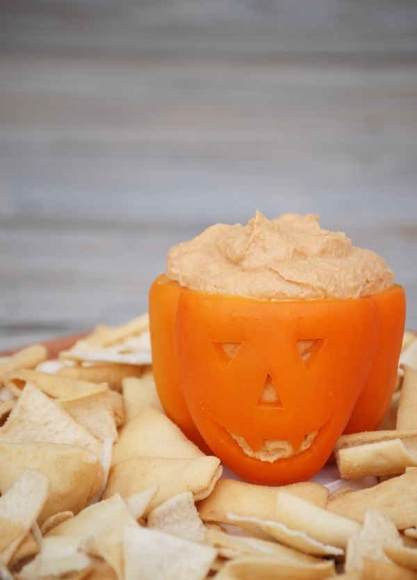 Make an easy and adorable jack-o-lantern pepper bowl as a serving dish for your Skinnygirl hummus or other dip!  #NowThisisSkinnyDipping #sponsored #mc #31DaysofHalloween