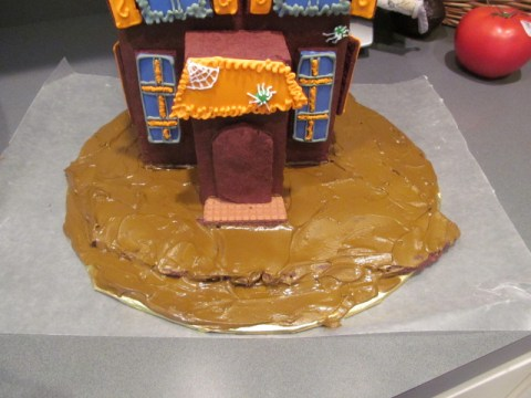 Who said gingerbread houses have to just be for Christmas! Learn how to make an adorable Halloween gingerbread house!