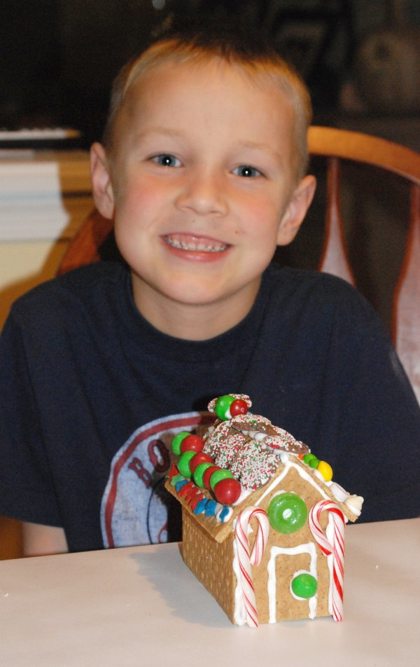 Graham cracker houses are so much easier to make than gingerbread houses {no baking!}, and so much fun for kids of all ages. Pinning this for a snowy day! #PBandG #ad