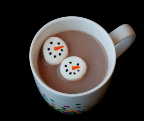Make hot chocolate even more of a treat with these adorable little snowman marshmallows! You will never believe what you use to make the face!