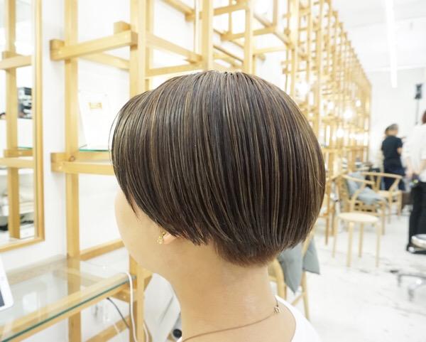ブリーチハイライトがポイントのショートヘア