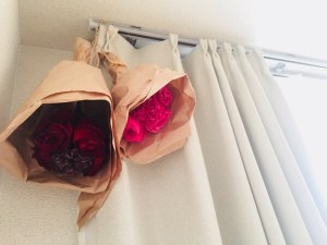 女子力高め⁉️お部屋にお花がある空間🌹ドライフラワーになるのが楽しみです✨