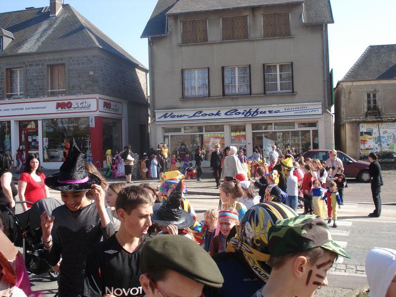 Défilé dans les rues de Marigny, devant les commerces