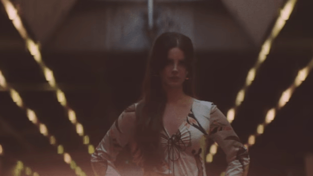 lana-del-rey-white-mustang-video-foto..PNG