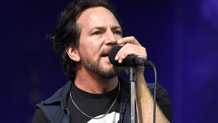 eddie-vedder-all-along-the-watchtower-video-end-of-a-century-foto