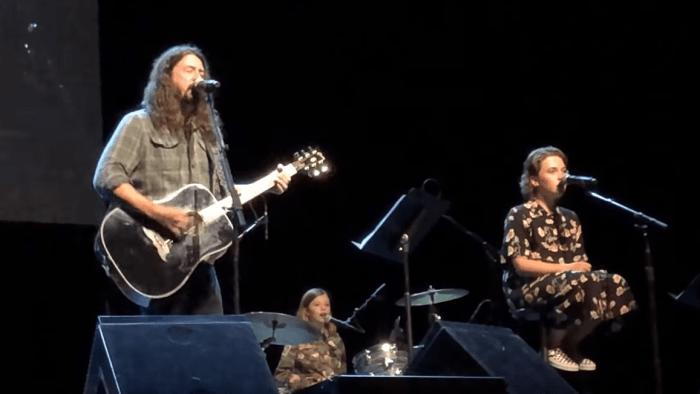 Dave Grohl canta cover di Adele e Foo Fighters con le figlie Violet e Harper