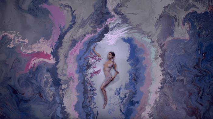 "Ariana Grande video ""God Is A Woman"" foto"
