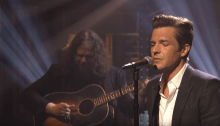 "brandon flowers the killers ospite late night with seth meyers suona canzone ""when you were young"" foto"